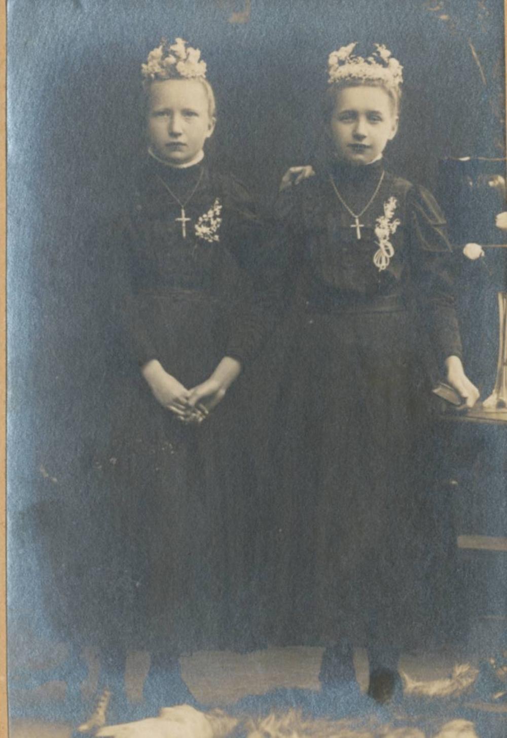 """""""Weißer Sonntag"""" 1910. Elisabeth van der Viefen, verh. Ramme (links) und Helene Rottland, verh. Klein (rechts), die spätere Inhaberin des """"Kleins Büdchen"""" in der Kirchstraße in Lohmar."""