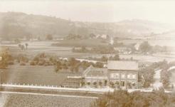 """Hinter dem Hof Weingarten ist Sottenbach mit Haus Rottland und darüber links Pützrath mit der Gaststätte """"Agger-Sülz-Terrasse des Gottfried Paffrath zu erkennen, auch der alte Straßenverlauf über die Brücke, durch Sottenbach dann weiter durch das Sülztal nach Rösrath."""