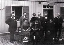"""Wilhelm Fischer mit seinen fünf Söhnen (davon betätigten sich vier als Gastwirte in umliegenden Großstädten), Schwiegertöchtern und Tochter Julie Schaub geb. Fischer (sitzend rechts; Mutter von """"Schaub's"""" Jenny Bender)."""