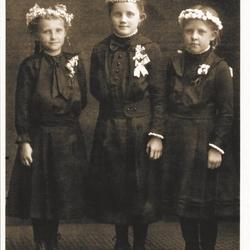 Weißer Sonntag 1919. Das Mädchen in der Mitte ist Maria Burger, verh. Eschbach aus Krebsauel.