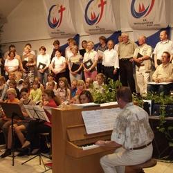 Musikfest im Pfarrheim mit Spendensammlung. Andreas Janich am Klavier mit dem Lohmarer Pfarrchor und einer Kindergruppe.