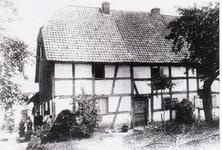 """Heute noch stehendes Wohnhaus Hohnenberg Nr. 6 und 8 der Familie Steeger um ca. 1910 mit """"Gaader-Düür (oder Klaaf-Düür) sowie Pötz""""."""