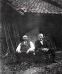 """Original """"Hohn's Daniel"""" mit Bruder Hugo in den 30er Jahren auf einer Apfelsinen-Kiste im """"Auelchen. Im Hintergrund rechts: """"ne Schliefsteen"""" (ein Schleifstein)."""