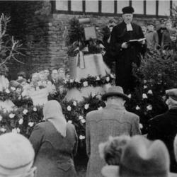 Glockenweihe 1956 mit Pfarrer Freih. von Lupin, der von 1953 bis 1961 in Honrath war.