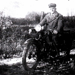 """Karl Oberdörster, 1929 in Schönenberg auf seiner 500er """"Ardie"""" mit Jap-Motor, Karbidlampe und Packtaschen. Baujahr 1928"""