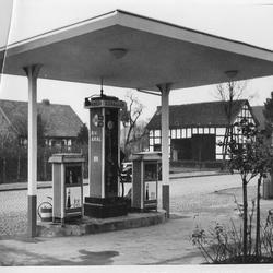 1937 Tankstelle und gegenüberliegende Seite