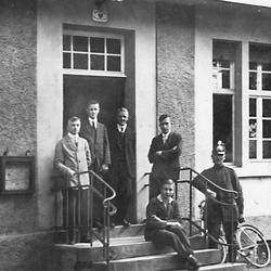 1932 auf der Treppe des alten Rathauses Von links: Peter Kemmerich, Josef Rörig, Wilfriedo Becker, Franz Köb, ?, Polizist Immig