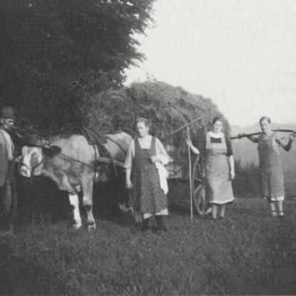 """Familie Lindenberg, Kern, """"im Heu"""" 1938"""