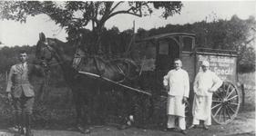 """Specht's Brotwagen in ca. 1932 links: Hugo Schiffbauer, geb. 1906, genannt: """"Specht's Hugo"""", Aggerhof; Mitte: Otto Specht, Aggerhof, Sohn des Emil Specht; rechts: Mitarbeiter Friedei Kensmann"""
