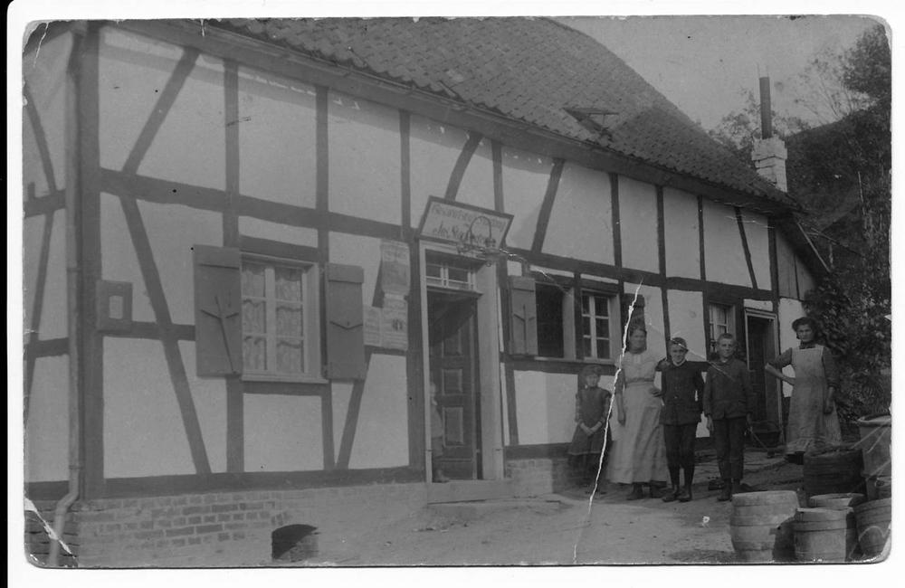 """Ansichtskarte """"Zur Baach"""" von 1912 mit der Familie des Besitzers Josef Stocksiefen Foto Lohmar in alten Zeiten Bd.1 S.47"""