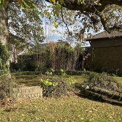 Das Ehrenmal wurde ursprünglich 1935 als Gedächtnisstätte für die Gefallenen des ersten Weltkrieges eingeweiht. Nach dem Dorfausbau gestaltete der Heimatverein Birk die Fläche neu und lädt seit 1982 am Volkstrauertag zur Kranzniederlegung ein.