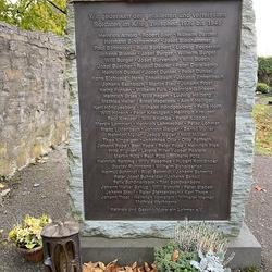 Eine schlichte Stele erinnert seit dem 10. April 2015 an die 93 Gefallenen und Vermissten des Ortes aus dem zweiten Weltkrieg.