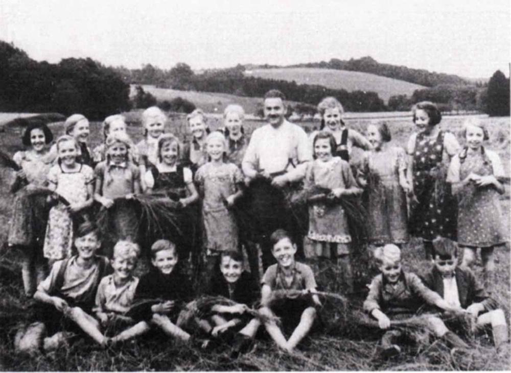 Wahlscheider Schüler im Jahre 1940 bei der Flachsernte in Rosauel