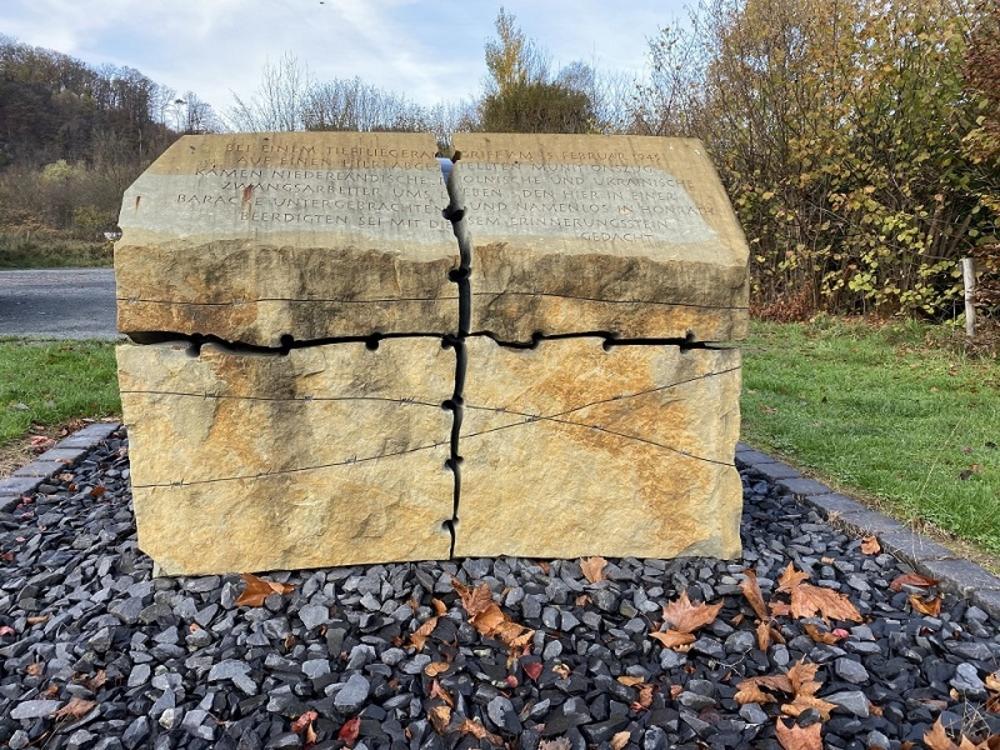 Erinnerungsstein zum Gedenken an die Opfer des  Tieffliegerangriffs  am 5. Februar 1945 auf einen im Bahnhof Wahlscheid abgestellten Munitionszug.