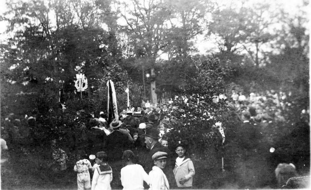 Das Foto zeigt, wie viele der Birker Bevölkerung an der B56 vor Franzhäuschen dem Liederkranz entgegenjubelten