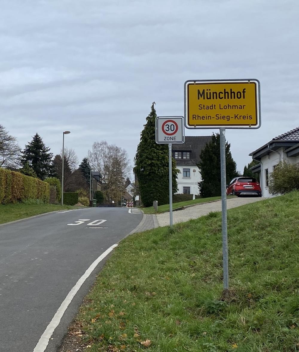 Ortseingang aus Richtung Kirche. Auf dem Foto links das ehemalige Bürgermeisteramt Münchhof 9 zu erkennen.
