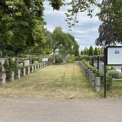 Kriegsgräberfeld. Am 23. März 2012 wurde die Gedenktafel öffentlich eingeweiht. Sie geht ebenso wie die Gedenkstele zum zweiten Weltkrieg auf eine Initiative des langjährigen Vorsitzenden des HGV Lohmar, Gerd Streichardt zurück.