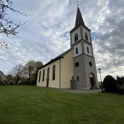 Evangelische Sankt Bartholomäus-Kirche Wahlscheid mit Kriegerdenkmal