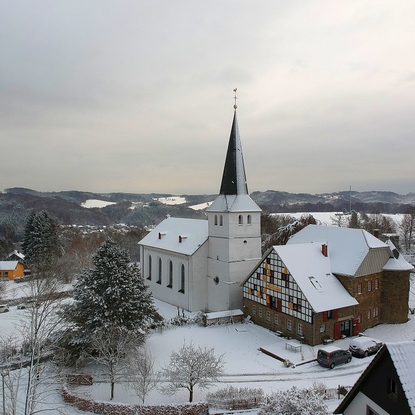 Kirche und Burg Honrath im Dezember 2017