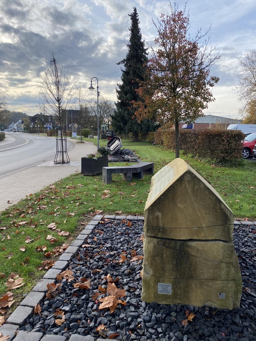 Erinnerungsstein an der Wahlscheider Straße wurde am 18.11.2015 auf Initiative des ehemaligen evangelischen Pfarrers und Superindententen Reinhard Bartha  eingeweiht. Eine Stiftung der evangelischen und katholischen Gemeinden in Lohmar