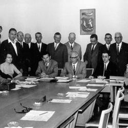 Gemeinderat Wahlscheid 1969 mit Bürgermeister Hermann Oberheuser (sitzend Bildmitte)