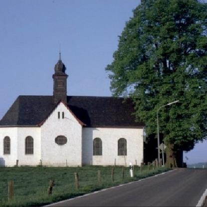 St. Isidor Kapelle in Hallberg von 1732 mit alter Dorflinde