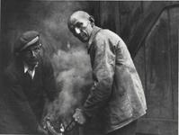 Schmiedemeister Karl Lindenberg (rechts). Weeg, bei der Arbeit im Jahr 1935.