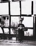 """Karoline (genannt """"Kalin"""") Stöcker geb. Kirschbaum, früher wohnhaft in Hoven, vor ihrem Haus in Grünenborn"""
