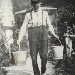 """Bei akuter Trinkwassernot schleppten so ge-nannte """"Wasseresel"""" das kühle Quellnass bis weit ins Dorf"""