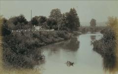 Foto zwischen 1896 und 1900 mit Blickrichtung Lohmar. Links das Fährhaus, im Hintergrund die  Steinbogenbrücke, erbaut 1873  und 1940 vom Hochwasser zerstört.