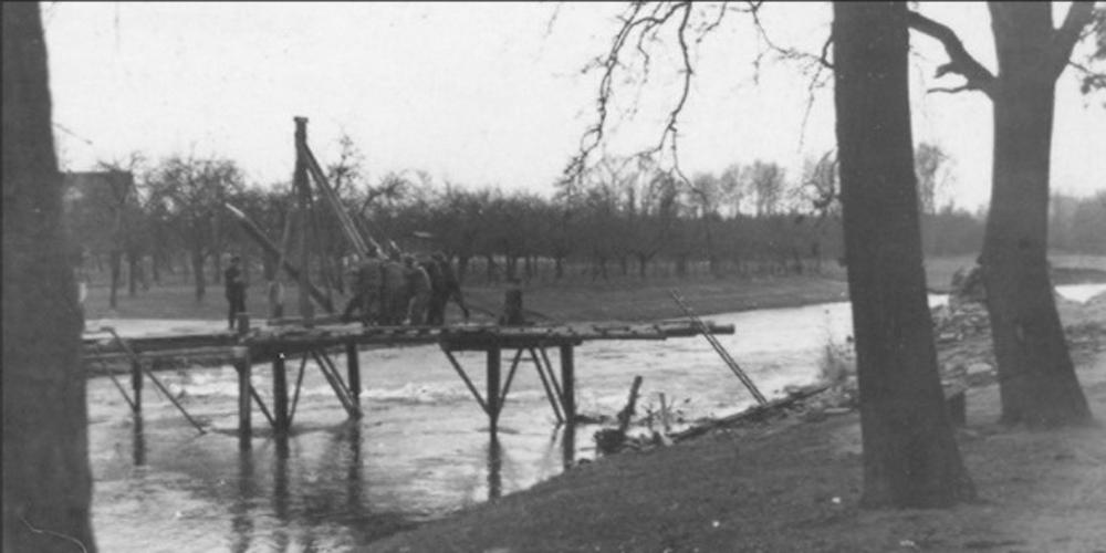 Notbrücke kurz nach dem Einmarsch der Amerikaner.  Die ca. 2 Meter breite Holzbrücke über die Agger war tiefliegend, höchstens 1m über dem Wasserspiegel angelegt. Fertiggestellt und befahrbar war sie etwa Mitte Juni 1945. Aber schon beim ersten Hochwasser wurde die Brücke weggeschwemmt, es gab für einige Wochen nur die Möglichkeit, von Altenrath über Donrath nach Lohmar zu kommen.
