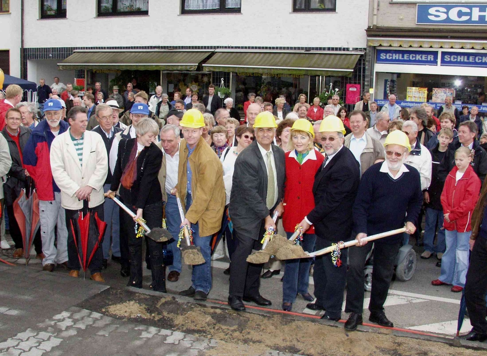 Erster Spatenstich mit Bürgermeister Horst Schöpe (2. v. r.) und Stadtratsmitgliedern (10. Juli 2004)