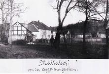 """Der Müllerhof von der Agger aus gesehen. Das langgestreckte Gebäude im Hintergrund – rechte Bildhälfte – nannte man """"Kaserne""""."""