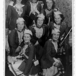 Blau -Weißen Funken Donrath 1947 Vlnr obere Reihe: Ilse Schwamborn, verh. Roth; Hermann Pahl; unbekannt; mittlere Reihe: unbekannt; Sibille Kreuzer, verh. Pahl; Lotti Lehr; untere Reihe: Maria Kreuzer, verh. Schug, unbekannt