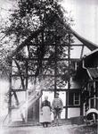 Eheleute Wasser, Wilhelm und Regina geb. Oberdörster im 1. Weltkrieg vor ihrem Haus in Hähngen