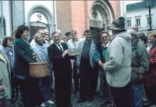 Heimatvereinsvorsitzender Dr. Jörn Hansen (re.) verhandelt mit Dechant Johannes Schwickerath