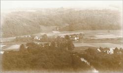 """Foto vor 1900 etwa von der Höhe hinter der Dornhecke her gesehen. Vorne rechts neben dem Aggerlauf ist Büchel und in der Mitte hinter den Eisenbahngleisen und der """"Chaussee"""" liegt Broich."""