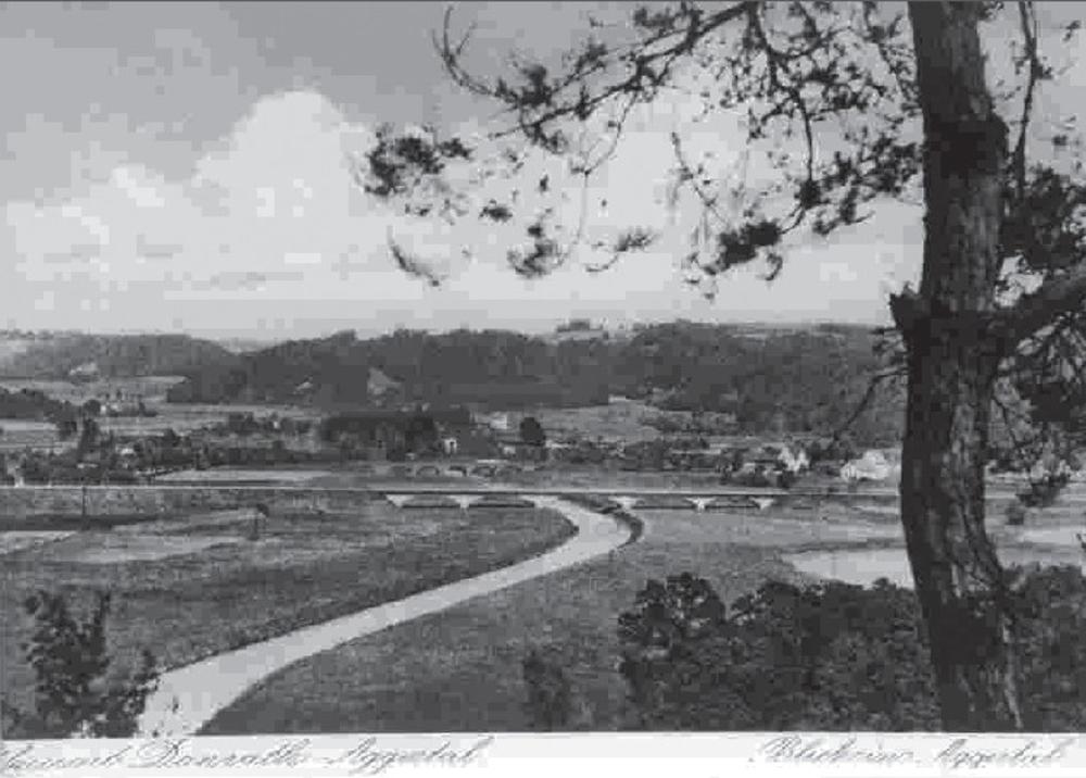 Im Vordergrund die neue Brücke (1930). Dahinter die alte Fünfbogenbrücke.
