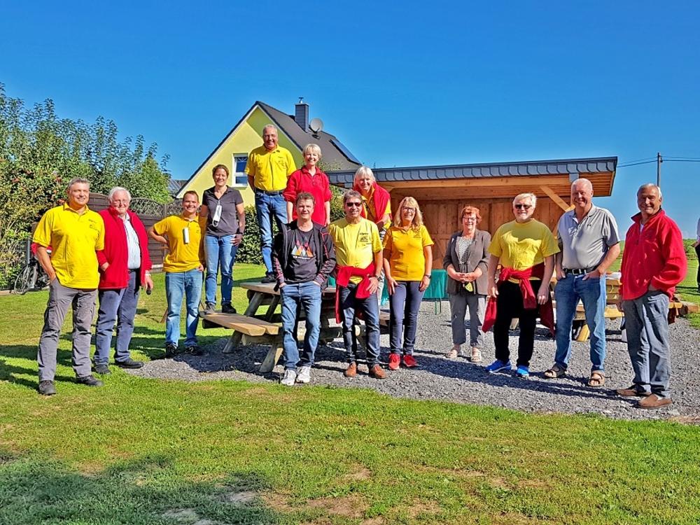 """Dorfgemeinschaft auf dem neuen Dorfplatz als """"Generationen-Treffpunkt"""" 2020  Foto lohmar-algert.de"""