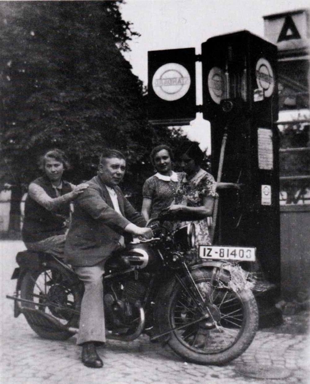 Gastwirt Karl Schiffbauer mit Ehefrau Laura an der hauseigenen Tankstelle im Auelerhof.