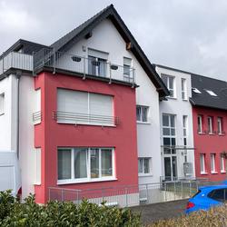 Das ehemalige Bundeswehrgebäude wurde 2007 komplett umgestaltet und bietet heute viele moderne Wohnungen. Das Foto wurde 2021 aufgenommen.