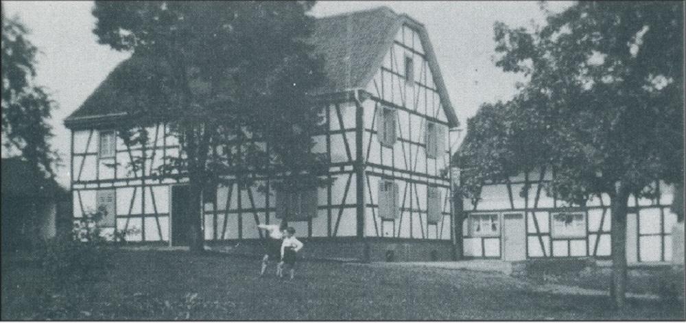 """Gastwirtschaft """"Zum alten Panzer"""" um 1900 Links neben dem Haus befand sich eine halboffene Kegelbahn"""