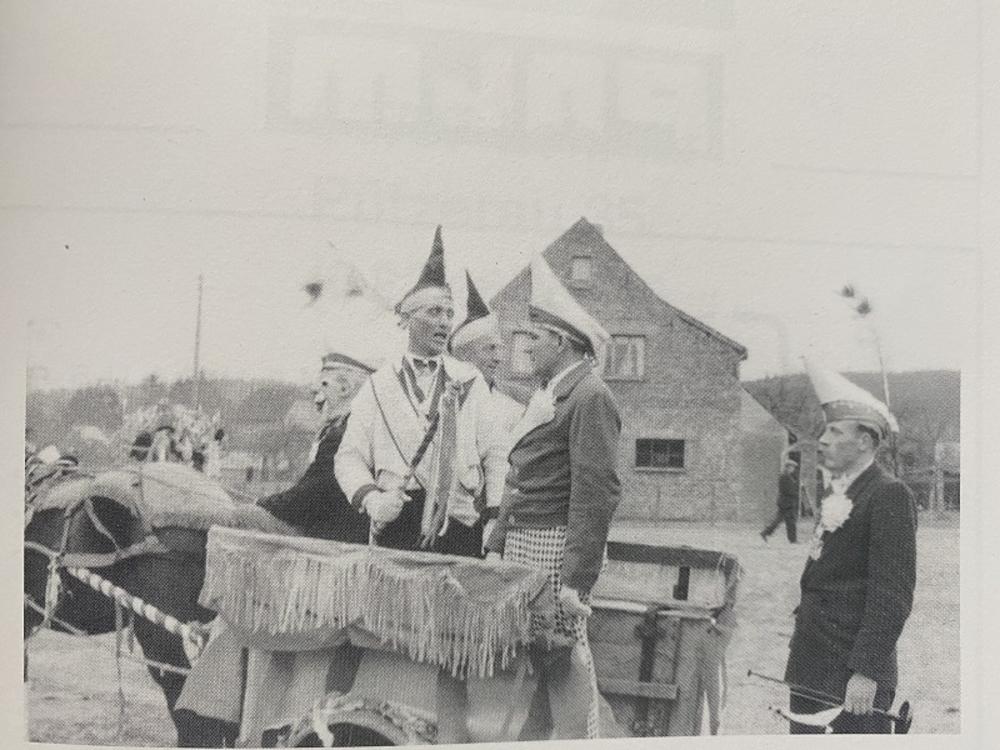 Wagen mit Gemeindeesel und Wagenlenker Josef Büscher