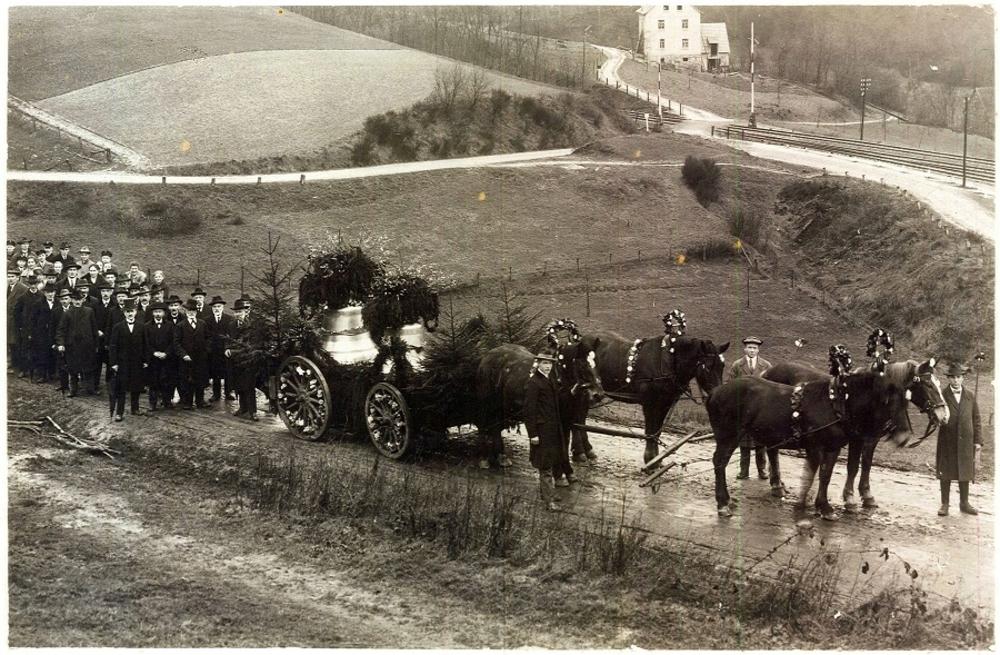 Glockentransport 1927.  Oben rechts die Gleise von Jexmühle. Links geht es in den Tunnel nach Hoffnungsthal.