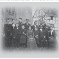 Familienfoto 1902 vor dem Haus Kieselhöhe (heute Nr. 13)