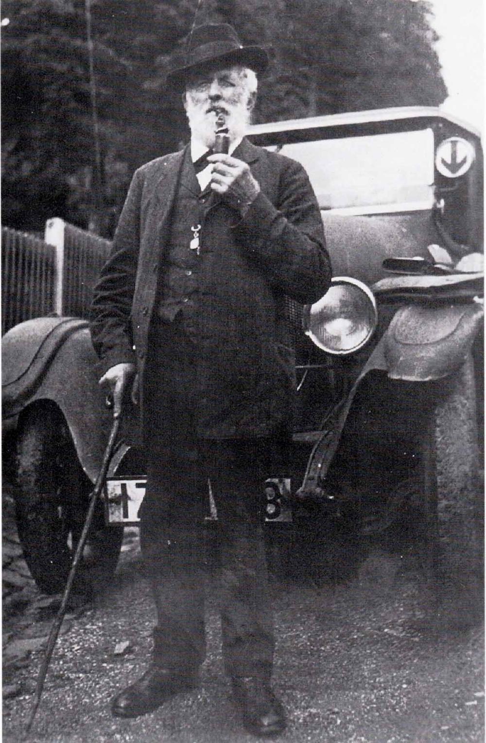 Friedrich Wilhelm Blech, Kolonialwarenhändler im Auelerhof vor seinem Auto