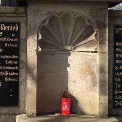 42 Namen meist junger Soldaten sind auf der Tafel rechts und links neben dem ältesten Wegekreuz aus dem Jahre 1684 von Lohmar an der kath. Kirche aufgelistet. Der Ort Lohmar hatte im Jahre 1914 etwa 900 Einwohner.