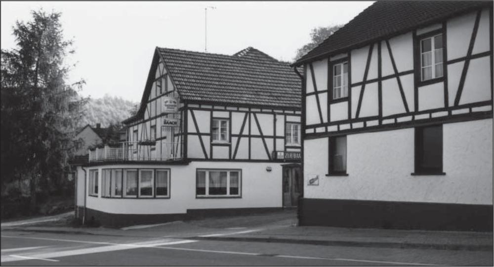"""Gaststätte """"Zur Baach"""" und Theaterbühne. Foto aus Lohmar in alten Zeiten Bd 1 S.4"""