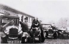 Auto-Parade in den 30er Jahren auf dem Hof der heutigen Firma Ford Wasser