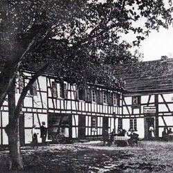 """Münchhof 20. Im Obergeschoss des Gebäude befand sich links ein Tanzsaal. Rudolf Lindenberg (Däe Mönnichshöffer Decke"""") war der letzte Bauer und Gastwirt in Münchhof."""